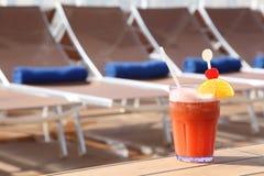 стекло плодоовощей коктеила пляжа кресла ближайше Стоковые Фото