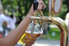стекло потока пива Стоковая Фотография