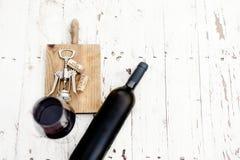 Стекло пробочек красного вина, бутылки, штопора и вина на rusti Стоковая Фотография RF