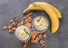 Стекло раздражает с yummy пудингом банана на таблице Стоковые Изображения