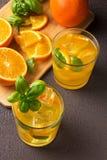 Стекло свежего апельсинового сока с свежими фруктами Стоковые Изображения RF