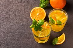Стекло свежего апельсинового сока с свежими фруктами Стоковое фото RF