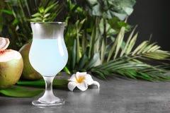 Стекло свежей воды кокоса Стоковое Фото