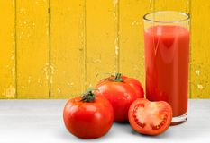 Стекло сока томата и свежих томатов Стоковое Фото
