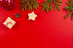 стекло состава рождества bauble голубое Ветви ели, конусы сосны и присутствующие подарочные коробки на красной предпосылке стоковые фото