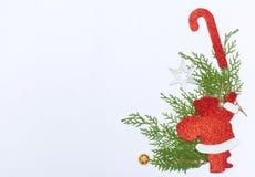 стекло состава рождества bauble голубое ветви и украшения ели на белой предпосылке Плоское положение, взгляд сверху Стоковое Изображение