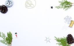 стекло состава рождества bauble голубое ветви и украшения ели на белой предпосылке Плоское положение, взгляд сверху Стоковое Фото
