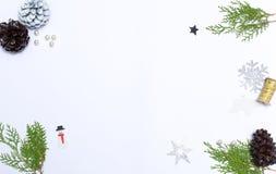 стекло состава рождества bauble голубое ветви и украшения ели на белой предпосылке Плоское положение, взгляд сверху Стоковая Фотография RF