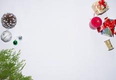 стекло состава рождества bauble голубое ветви и украшения ели на белой предпосылке Плоское положение, взгляд сверху Стоковая Фотография