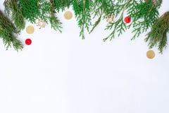 стекло состава рождества bauble голубое ветви и украшения ели на белой предпосылке Плоское положение, взгляд сверху Стоковые Изображения RF