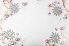 стекло состава рождества bauble голубое Елевые ветви, дерево xmas, шарик праздника оформления xmas розовый с лентой на белой пред стоковое фото