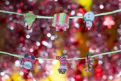 стекло состава рождества bauble голубое Игрушки и аксессуары рождества на красной предпосылке с красивой нерезкостью стоковые фото