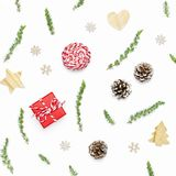 стекло состава рождества bauble голубое Игрушки ` s Нового Года деревянные, конусы ели, ель разветвляют, шпагат подарка, красный  стоковая фотография rf