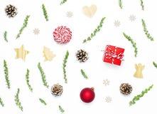 стекло состава рождества bauble голубое Игрушки ` s Нового Года деревянные, конусы ели, ель разветвляют, шпагат подарка, красный  стоковая фотография