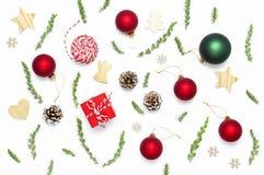 стекло состава рождества bauble голубое Игрушки ` s Нового Года деревянные, конусы ели, ель разветвляют, шпагат подарка, красный  стоковые фотографии rf