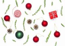 стекло состава рождества bauble голубое Игрушки ` s Нового Года деревянные, конусы ели, ель разветвляют, шпагат подарка, красный  стоковые изображения rf