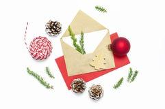 стекло состава рождества bauble голубое Конверт с пустой белой бумагой, елью разветвляет, конусы, красный шарик, шпагат для подар стоковые изображения rf