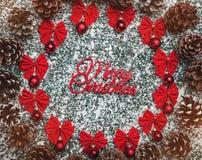 стекло состава рождества bauble голубое Круг рождества сделанный конусов хвои, шариков, красных украшений на предпосылке стоковые изображения