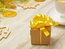 стекло состава рождества bauble голубое Малая подарочная коробка с сочным желтым смычком на a Стоковое Изображение