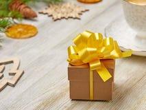 стекло состава рождества bauble голубое Малая подарочная коробка с сочным желтым смычком на a Стоковое Изображение RF