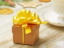стекло состава рождества bauble голубое Малая подарочная коробка с сочным желтым смычком на a Стоковые Изображения RF