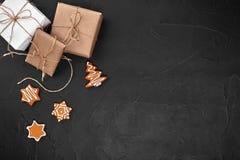 стекло состава рождества bauble голубое Печенья Xmas, подарки, праздничное украшение на черной предпосылке Плоское положение, взг стоковые фотографии rf