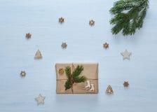стекло состава рождества bauble голубое Подарки рождества, ветви ели, и декоративные звезды, снежинки, ели на голубом столе Плоск Стоковые Фотографии RF