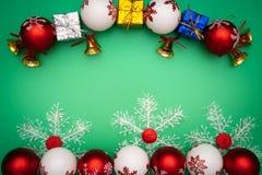 стекло состава рождества bauble голубое Подарок, колокол и шарик рождества на зеленой предпосылке Плоское положение, взгляд сверх стоковое изображение rf