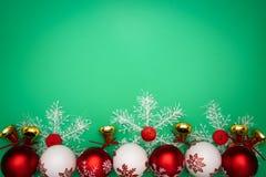 стекло состава рождества bauble голубое Подарок, колокол и шарик рождества на зеленой предпосылке Плоское положение, взгляд сверх стоковая фотография rf