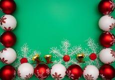 стекло состава рождества bauble голубое Подарок, колокол и шарик рождества на зеленой предпосылке Плоское положение, взгляд сверх стоковые фотографии rf