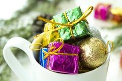 стекло состава рождества bauble голубое Подарок рождества, конусы сосны, ель разветвляет на деревянной белой предпосылке стоковые изображения rf