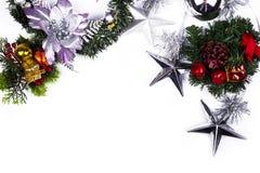 стекло состава рождества bauble голубое Подарок рождества, конусы сосны, звезды, ветви туи и цветки гипсофилы стоковые фото