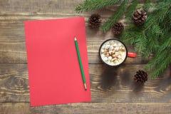 стекло состава рождества bauble голубое Пустой красный пробел для желать к Санте и чашка кофе на деревянном Взгляд сверху с космо Стоковая Фотография RF