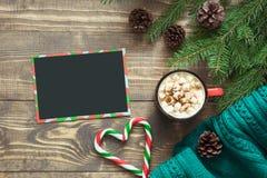 стекло состава рождества bauble голубое Пустой пробел для желать к Санте и чашка кофе на доске Взгляд сверху с космосом экземпляр Стоковые Фото