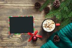 стекло состава рождества bauble голубое Пустой пробел для желать к Санте и чашка кофе на деревянной доске Взгляд сверху с космосо Стоковые Изображения