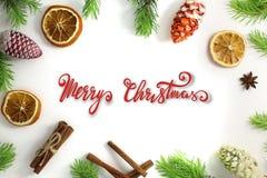 стекло состава рождества bauble голубое Рамка рождества ели разветвляет циннамон, апельсин и анисовка Обои рождества Плоское поло стоковое фото rf