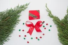стекло состава рождества bauble голубое Рамка сделанная из подарков рождества, ветвей сосны, игрушек на белой предпосылке, подаро стоковая фотография rf