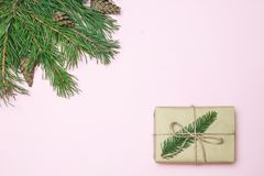 стекло состава рождества bauble голубое Рамка рождества сделанная хвои, ели разветвляет украшения стоковое фото