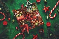 стекло состава рождества bauble голубое Рождественская елка и коробка с специями и игрушками на зеленой деревянной предпосылке Стоковые Фото