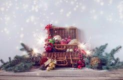 стекло состава рождества bauble голубое Украшения рождества с ветвями ели на деревянной предпосылке стоковые изображения