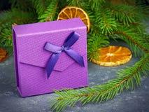 стекло состава рождества bauble голубое Фиолетовая подарочная коробка с фиолетовым смычком на gr Стоковая Фотография