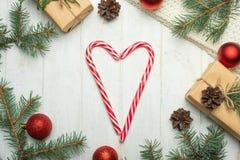 стекло состава рождества bauble голубое Цветки рождественской елки, сердца с леденцами на палочке и подарков на белой предпосылке стоковое изображение rf