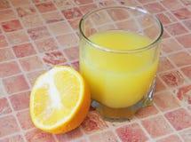 Стекло с апельсиновым соком и отрезанным плодоовощ. Стоковое Изображение