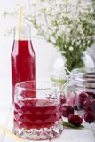 Стекло с компотом вишни Питье вишни Свежий коктеиль вишни f Стоковое Изображение