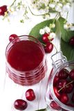 Стекло с компотом вишни Питье вишни Свежий коктеиль вишни f Стоковое фото RF