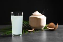 Стекло с свежей водой кокоса на таблице Стоковое Изображение RF