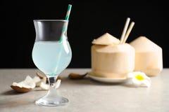 Стекло с свежей водой кокоса на таблице Стоковое Фото
