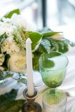 Стекло с цветом свечи и оформления, зеленых и белых Стоковые Изображения
