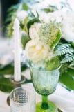 Стекло с цветом свечи и оформления, зеленых и белых Стоковое Фото