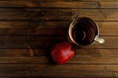 Стекло уксуса яблочного сидра и одной красной половины яблока Стоковое Фото